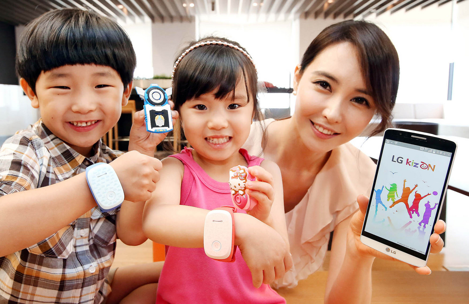 Дети с браслетами KizON LG и мама