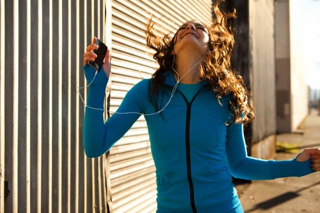 женщина на пробежке, плеер, наушники