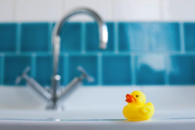 желтая уточка в ванной