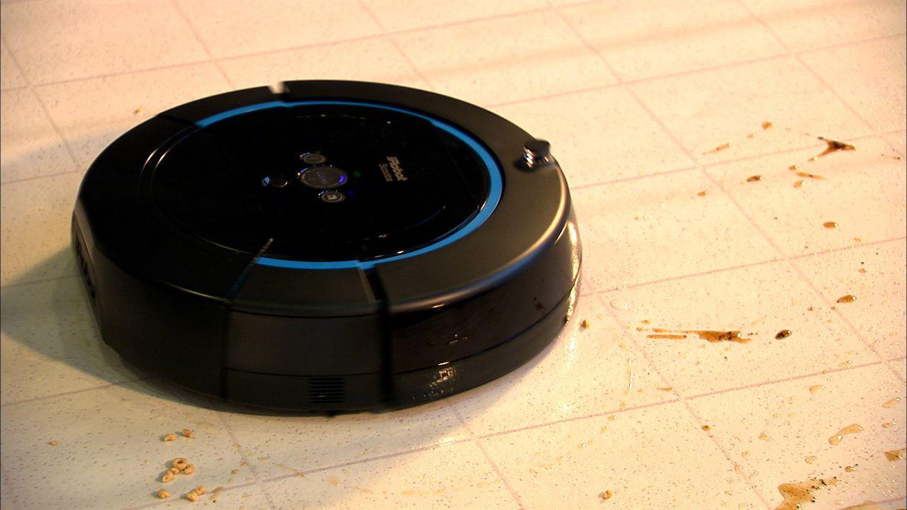 моющий робот-пылесос IROBOT Scooba 450 убирает грязные рзводы на плитке